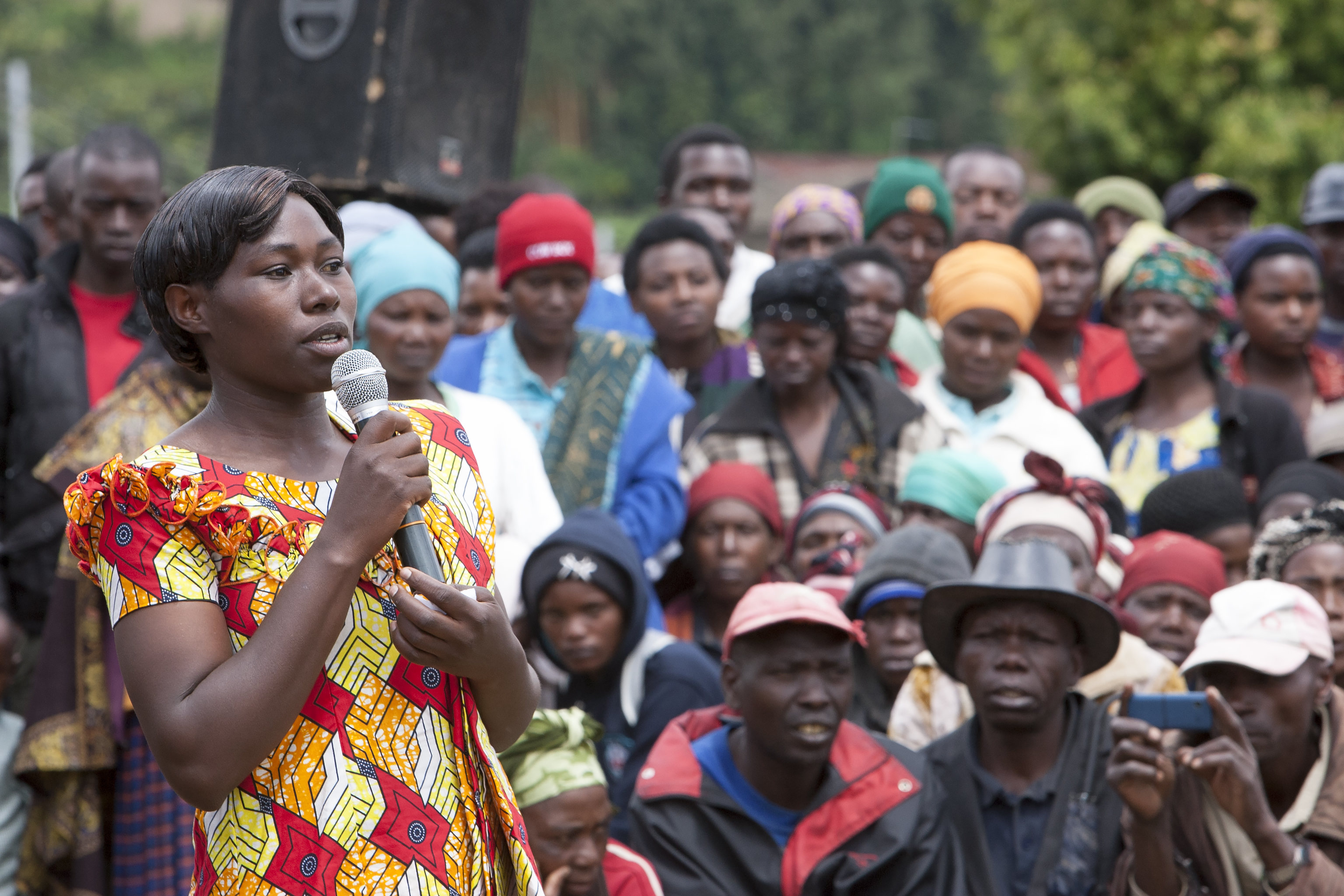 A female employee at a land husbandry site in Nyabihu District, Rwanda, addresses her fellow workers. The site employs about 150 labourers of which 60% are women. © Simone D. McCourtie / World Bank