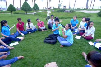 Students playing trivia games by the beach. Credit: Dang Bich Thuy