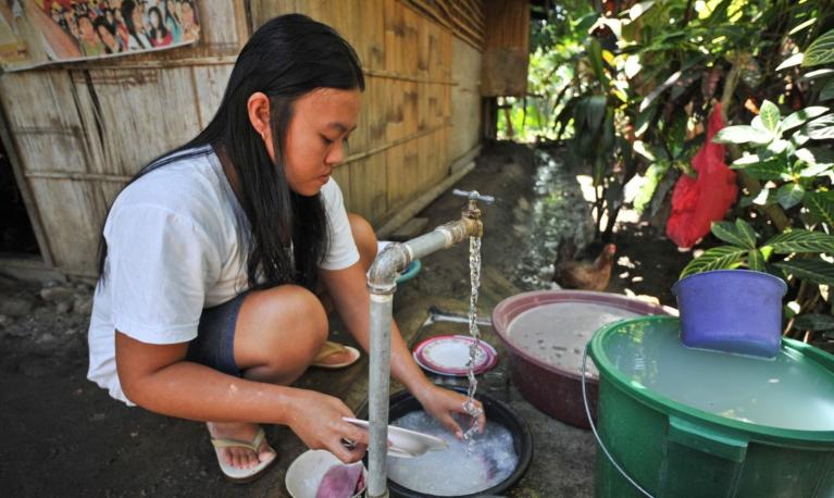 Female resident washing the dishes in the Philippines. © Asian Development Bank