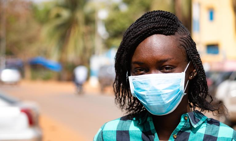 A woman wears a facemask in Mali during the Covid-19 (coronavirus) outbreak.  © World Bank / Ousmane Traore
