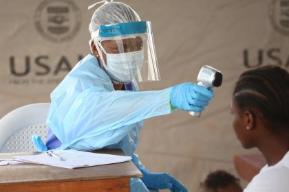A nurse checks the temperature of a patient at Redemption Hospital in Monrovia, Liberia. © Dominic Chavez/World Bank