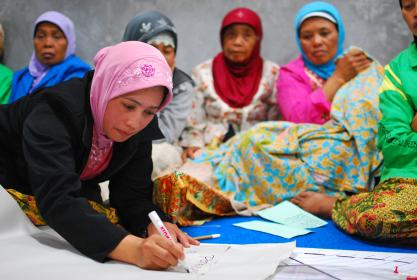 Women at a community meeting discuss the reconstruction of their village © Nugroho Nurdikiawan Sunjoyo / World Bank